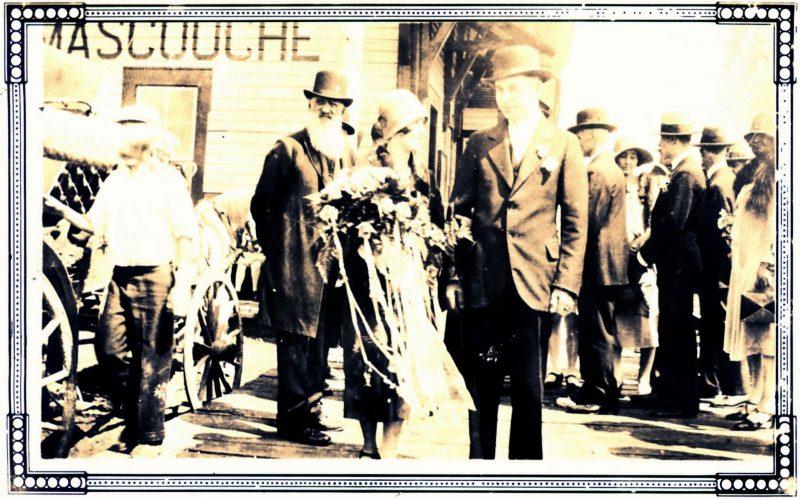 15 août 1928 : Didace Beauchamp, le grand-père de la mariée, accompagne Lorette Bohémier et Albert Chaput à la gare au départ de leur voyage de noces à Québec. Collection Jean-Claude Coutu
