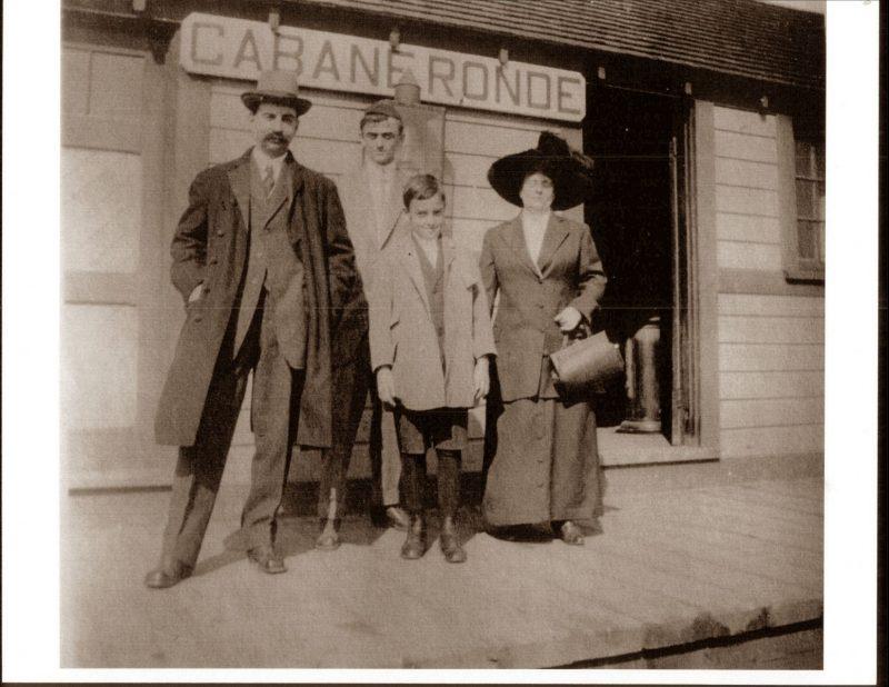 La famille Beaudry-Bourgoin devant la gare de la Cabane ronde vers 1940. La petite station servait surtout au transport du lait. Collection : Ville de Mascouche / Huguette Lévesque-Lamoureux
