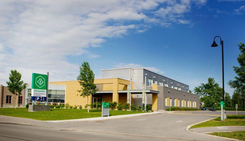 Au printemps 2005, construction du nouveau siège social à Mascouche de la Caisse populaire Desjardins Le Manoir situé au 820, montée Masson à Mascouche. Rapport annuel 2013 de la Caisse populaire Le Manoir