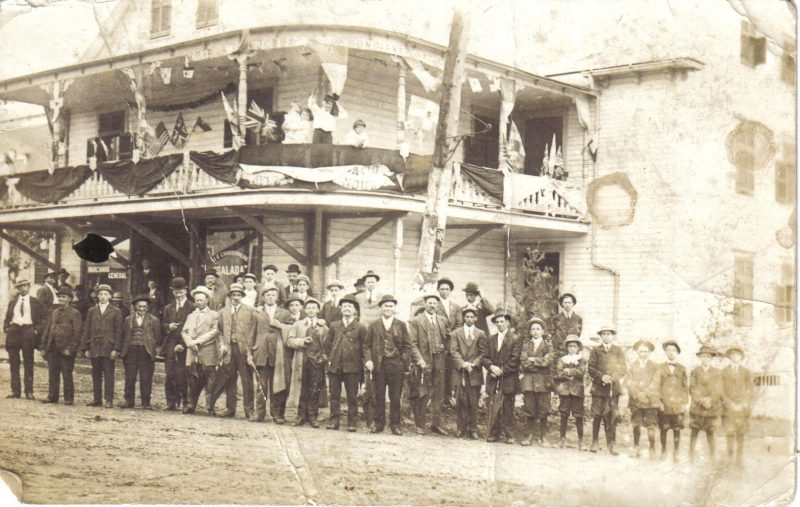 Le magasin général Brien lors des fêtes de 1910. Photo: Collection J.E. Charbonneau