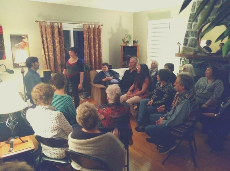 Chansons et réflexions intimes dans un salon ouvert